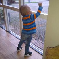 kindje voor het raam