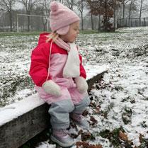 peuter in de sneeuw