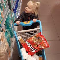 peuter in de supermarkt