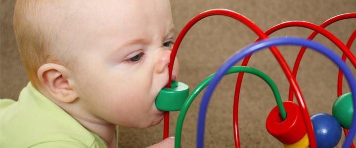 Alles in de mond van baby