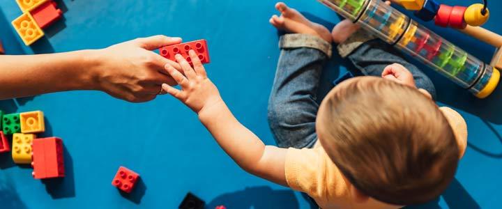 Kinderen en ouders op smartphone of spelen?