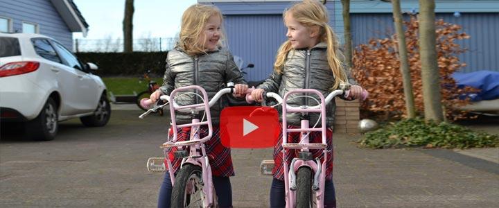 De tweeling die leert fietsen