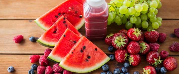 Frisse zomerse smoothie met watermeloen aardbeien en druiven